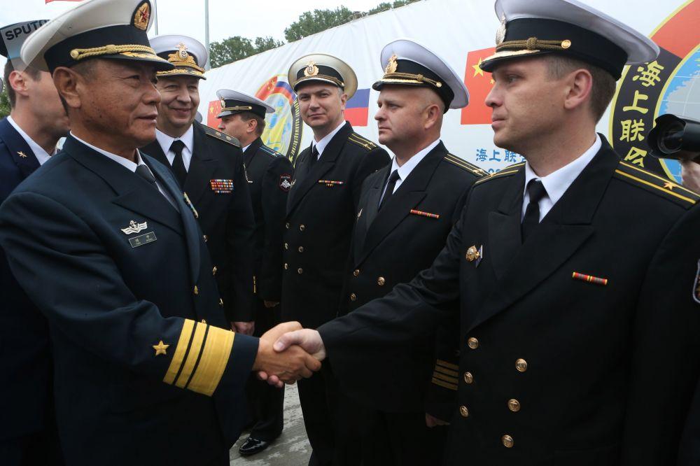 中国海军官兵在波罗的斯克港举行的隆重欢迎仪式上。