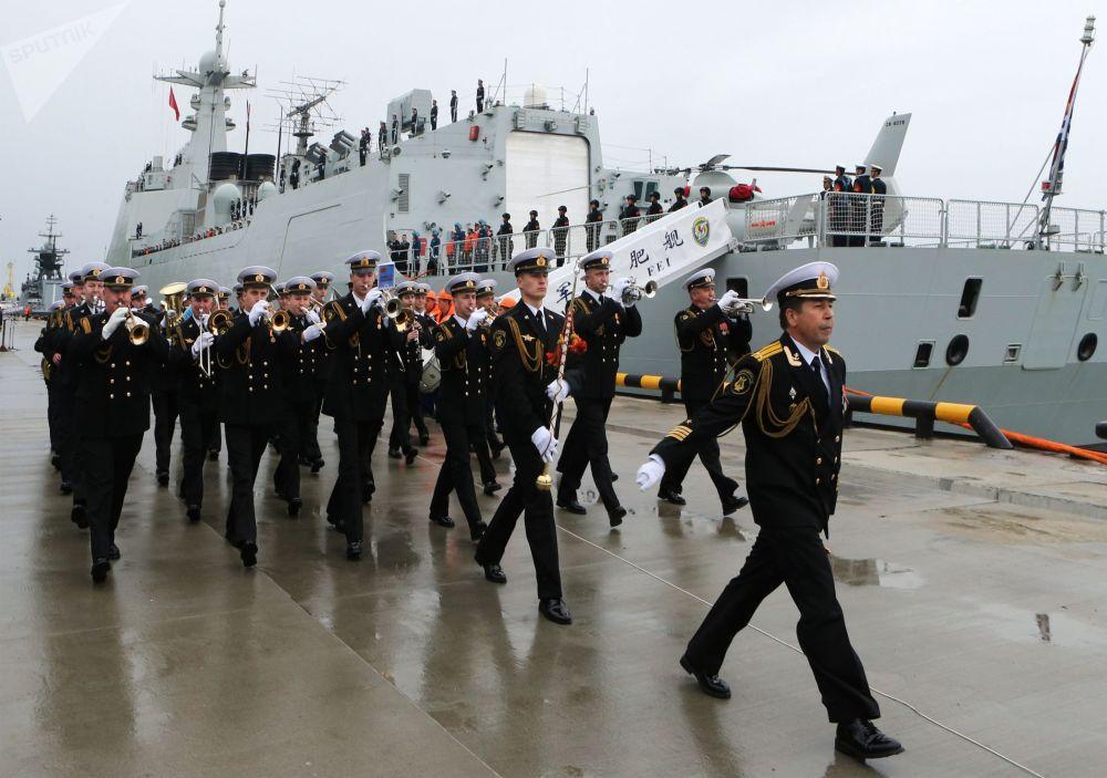 由三艘军舰组成的中国海军舰艇编队在波罗的斯克港受到隆重欢迎。