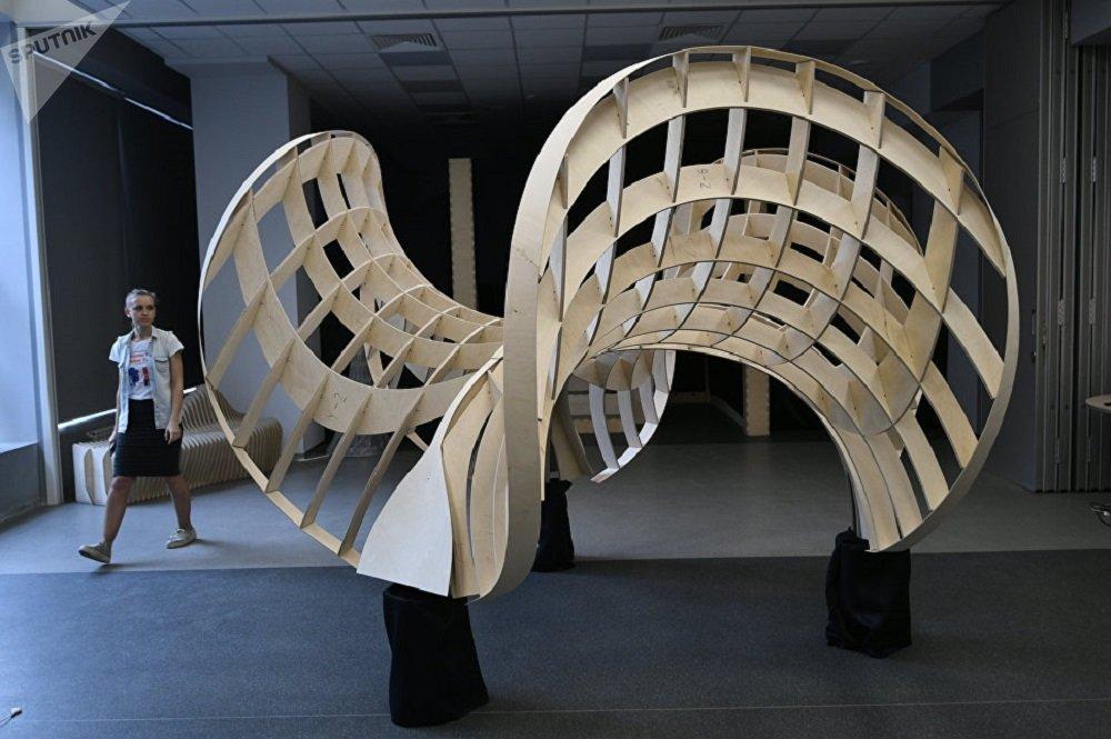 照片:用胶合板设计造型,以建造更为复杂的石拱。