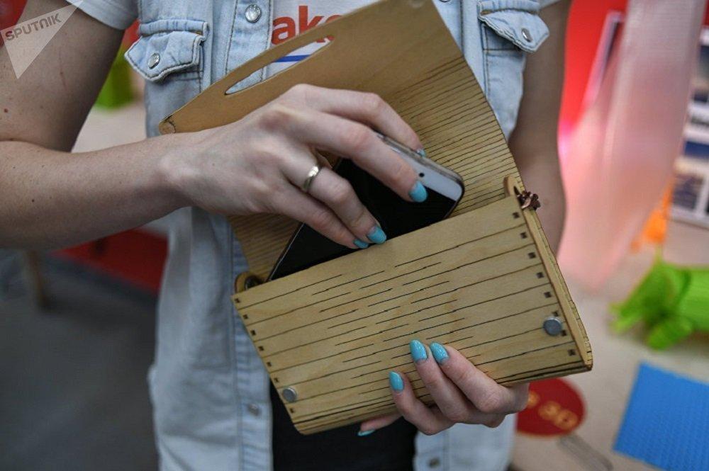 用木材不仅可生产建筑材料和建筑物组件,而且可制作服装和各种时髦物品。借助于计算机、切割机和少量金属,就可制成可批量生产的独特手包。