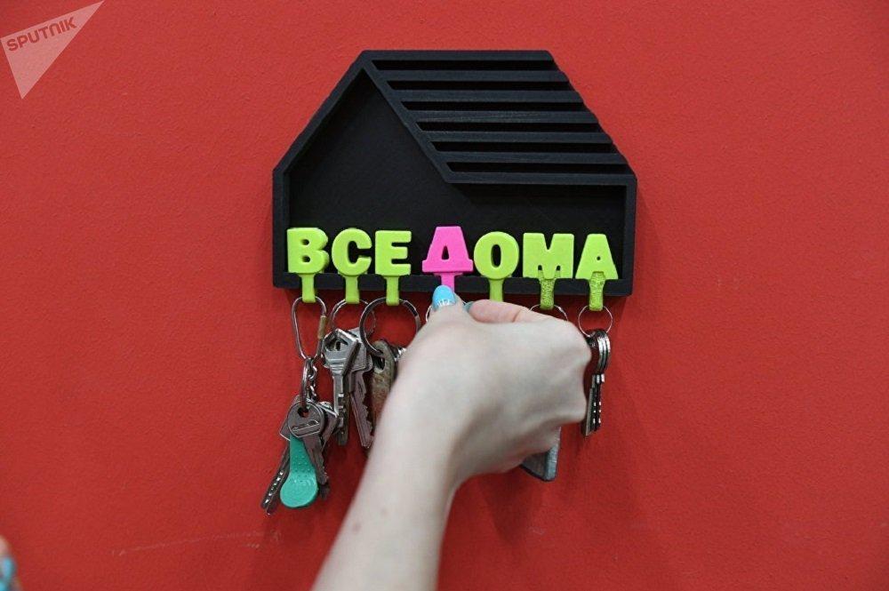 """照片:""""所有人都在家""""项目,是由钢铁合金学院高级工程师雅罗斯拉夫·巴尔门科夫设计的。"""