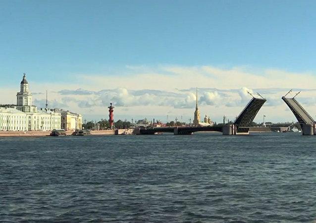 圣彼得堡为海军日阅兵彩排首次白天开桥