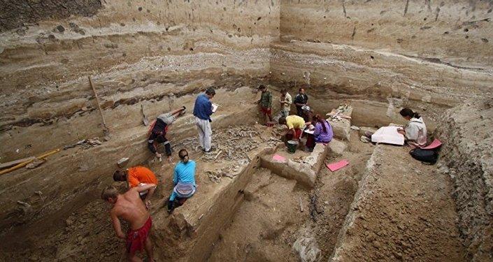俄中两国专家对俄罗斯旧石器时代遗址进行联合考古
