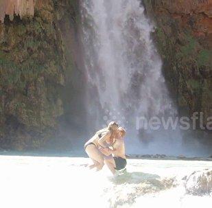 悲催!男子瀑布前求婚戒指掉水中