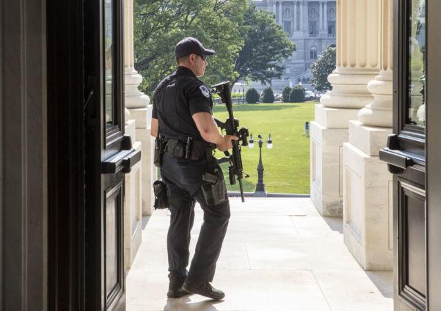 在美国一名记者的笔记本掉到了参议员的头上