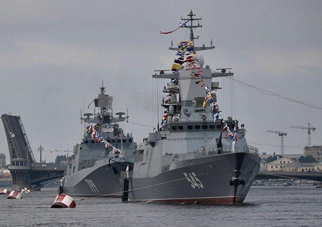 """""""坚强""""号巡逻舰(右)和1176型""""鲨鱼""""级登陆舰"""