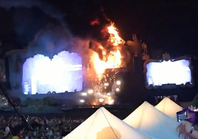 西班牙音乐节发生火灾 近2万人被疏散
