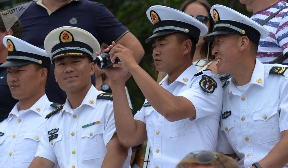 """抵达符拉迪沃斯托克参加""""海洋杯-2017""""比赛的中国军人,他们是参加俄罗斯海军日庆祝活动的客人。"""