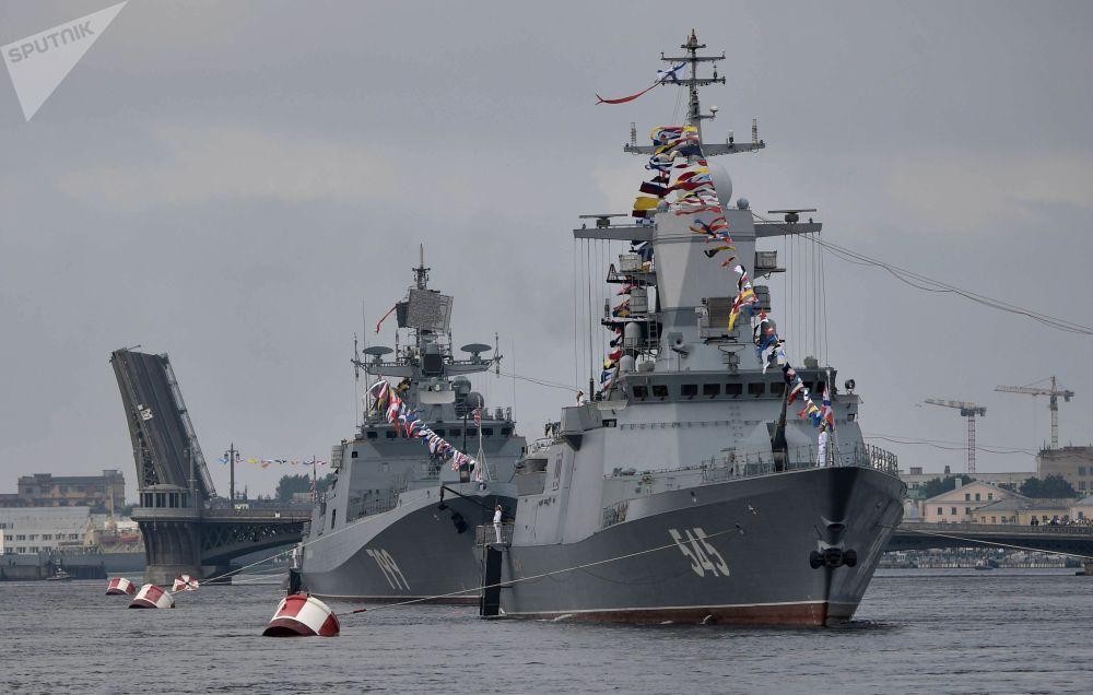 """""""坚固""""号护卫舰和1176型""""大白鲨""""登陆舰"""