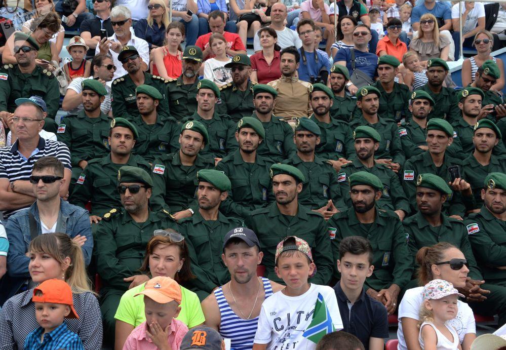 来符拉迪沃斯托克参加海军日庆祝活动的伊朗海军陆战队员