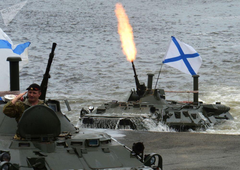 用BTR-80战车进行海上登陆