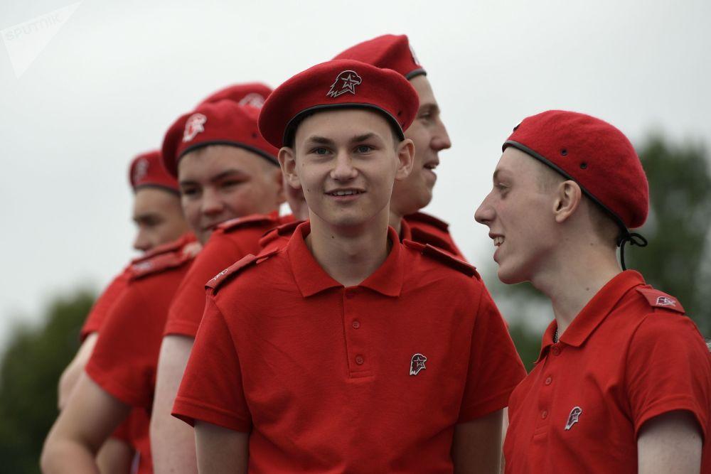 """俄罗斯军事爱国主义社会运动""""青少年军""""的参与者"""