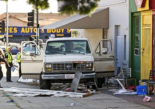 洛杉矶一辆汽车冲向人群
