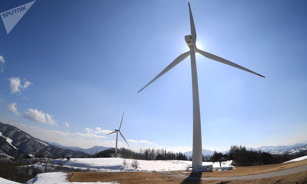 南乌拉尔国立大学的学者们完善了风力发电装置,这种装置可在严酷的北极条件下运转。在俄罗斯,哪怕是最高效的风力发电机,也难以与化石燃料发电厂相竞争。另一件事是,俄罗斯的北方领土不设中央电网。