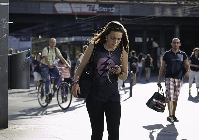夏威夷出台新法禁止行人过马路玩手机