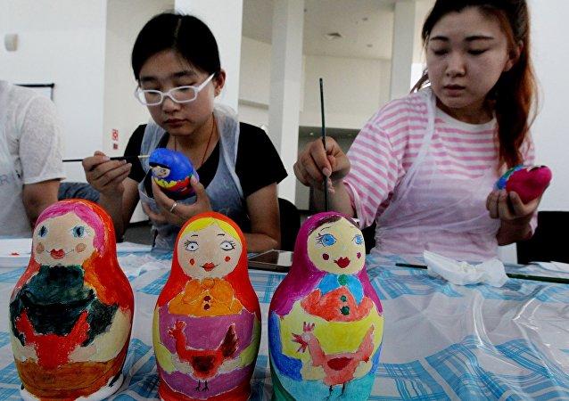 55名中国中学生在俄纳霍德卡深入俄罗斯文化
