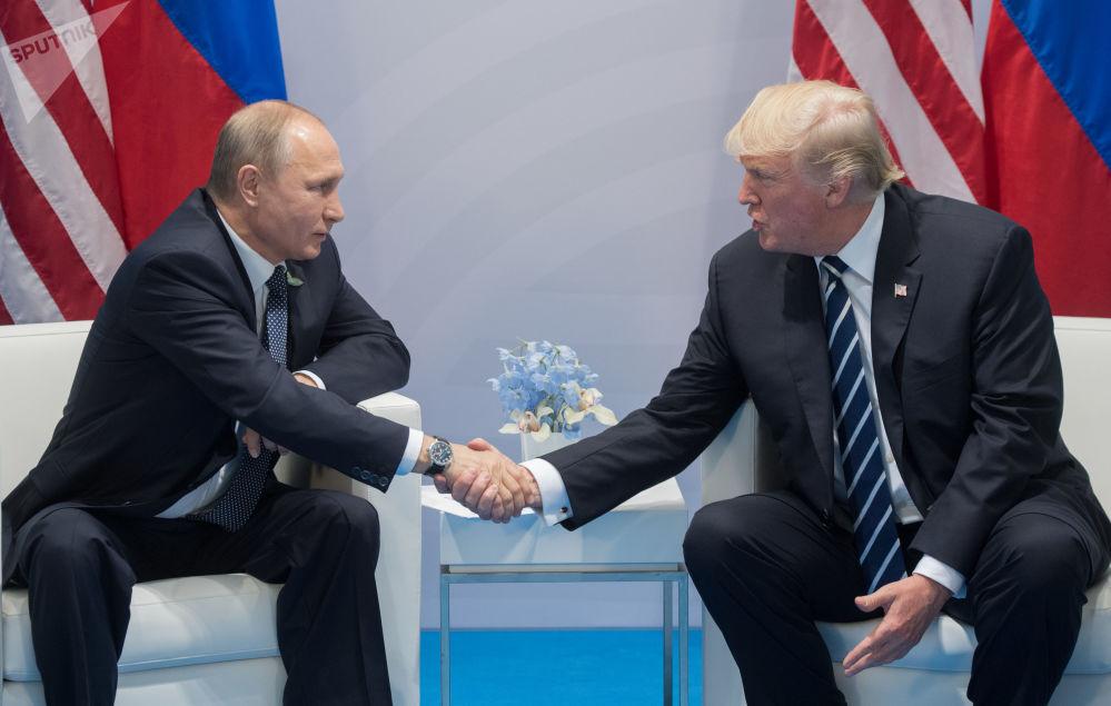 俄罗斯总统弗拉基米尔·普京与美国总统唐纳德·特朗普在汉堡G20领导人峰会期间
