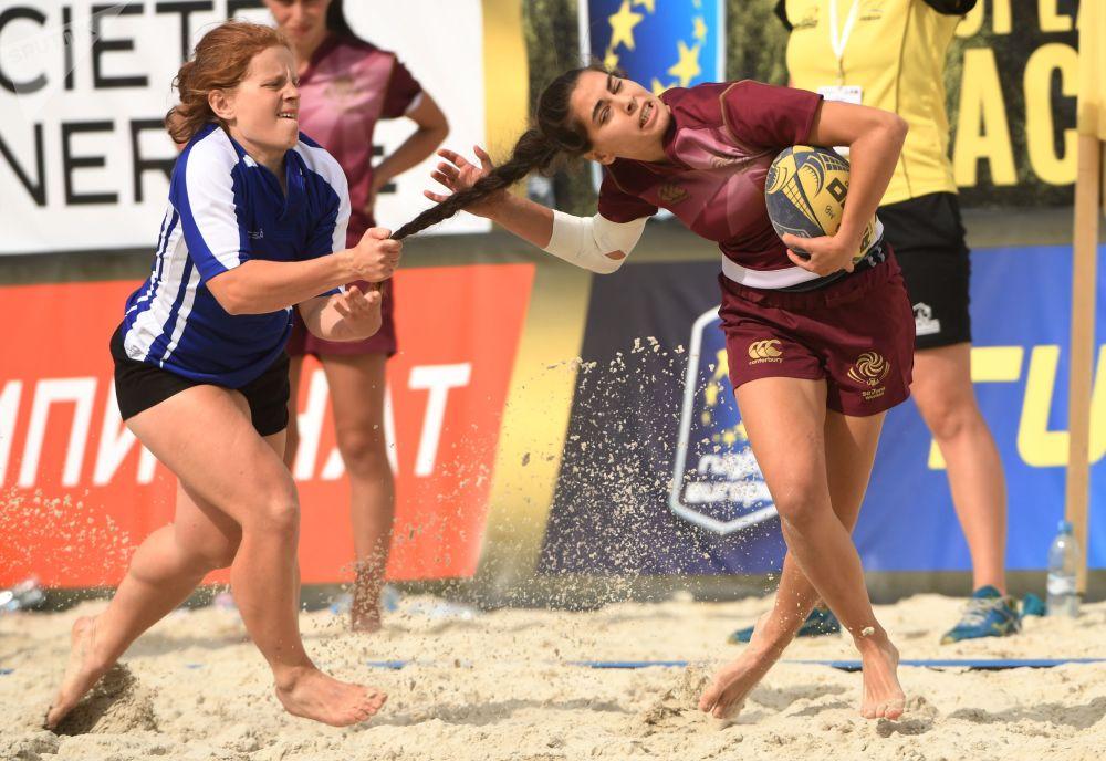 白俄罗斯队和格鲁吉亚队队员在欧洲沙滩足球锦标赛期间