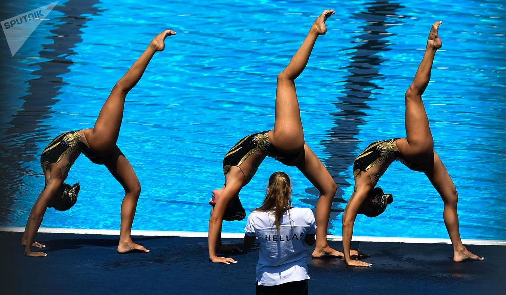 参加第17届FINA世锦赛花样游泳集体技术自选决赛的希腊队运动员在比赛前热身。