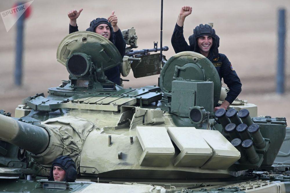 在莫斯科郊外阿拉比诺训练场参加2017国际军事比赛坦克两项单车赛的亚美尼亚军人