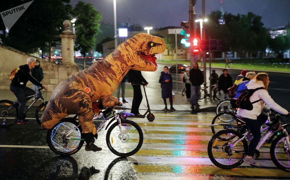 第三届莫斯科自行车夜游的参与者