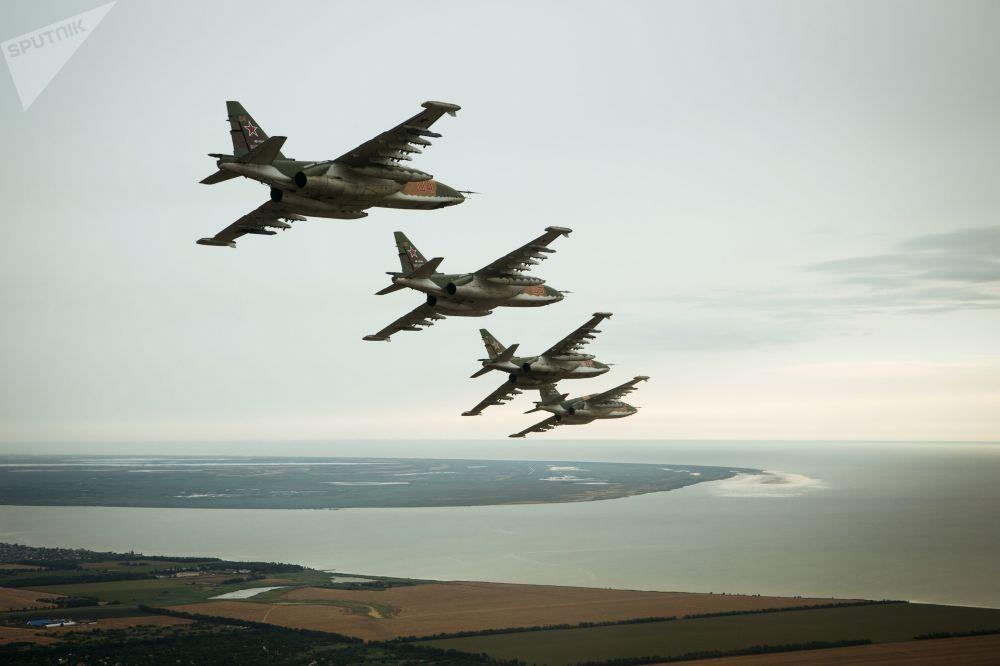 苏-25SM3攻击机在滨海阿赫塔尔斯克进行特殊飞行训练。