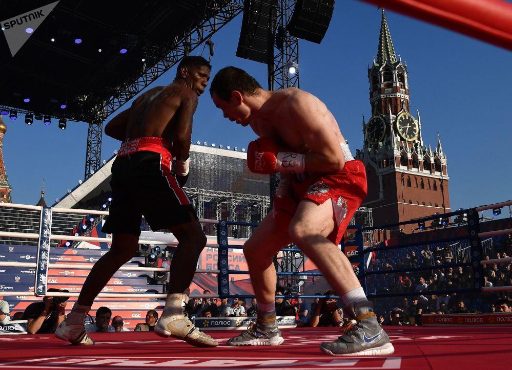 来自委内瑞拉的古斯米尔·佩尔多莫和来自俄罗斯的伊戈尔·梅霍采夫在红场俄罗斯拳击日的庆祝活动上对决。