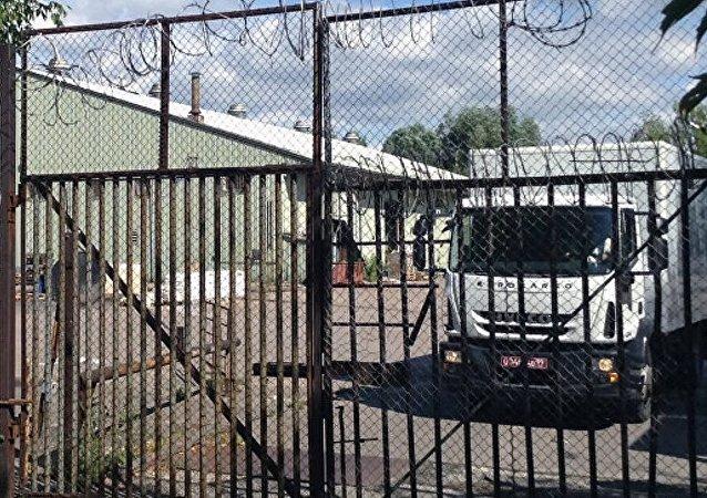 5辆卡车正准备驶出美国驻莫斯科大使馆别墅