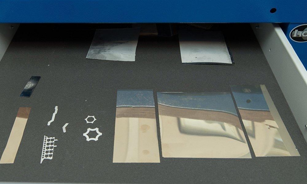 智能箔是圣彼得堡彼得大帝理工大学的学者们研究出的超快冷焊工艺。智能箔由纳米层构成,镀在传感器系统的表层,尔后启动排热反应。在反应过程中,智能箔快速加热到1300华氏度,融化后把传感器粘在表层。