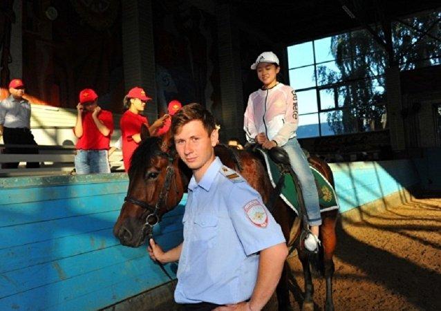 中国公安部英烈子女代表团在莫斯科了解俄骑警的工作