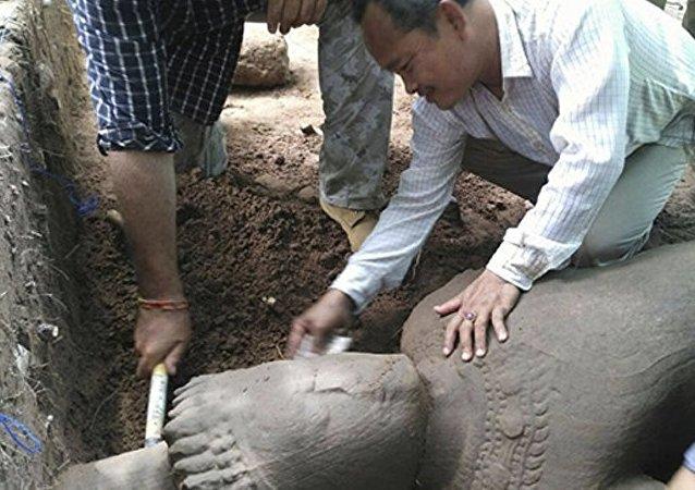 媒体:考古学家发现柬埔寨古石像