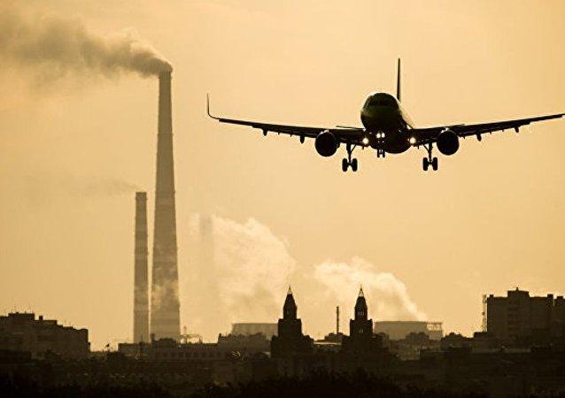 一架客机因货舱起烟迫降泰国