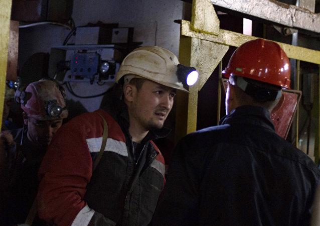 """阿尔罗萨公司""""和平""""矿井矿工"""