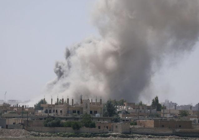Дым над юго-восточной окраиной Ракки, Сирия