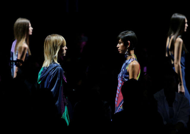 Модели на показе коллекции Versace на Неделе моды в Милане