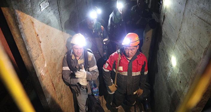 """登高作业人员参与雅库特""""和平""""矿井被困矿工搜寻工作"""