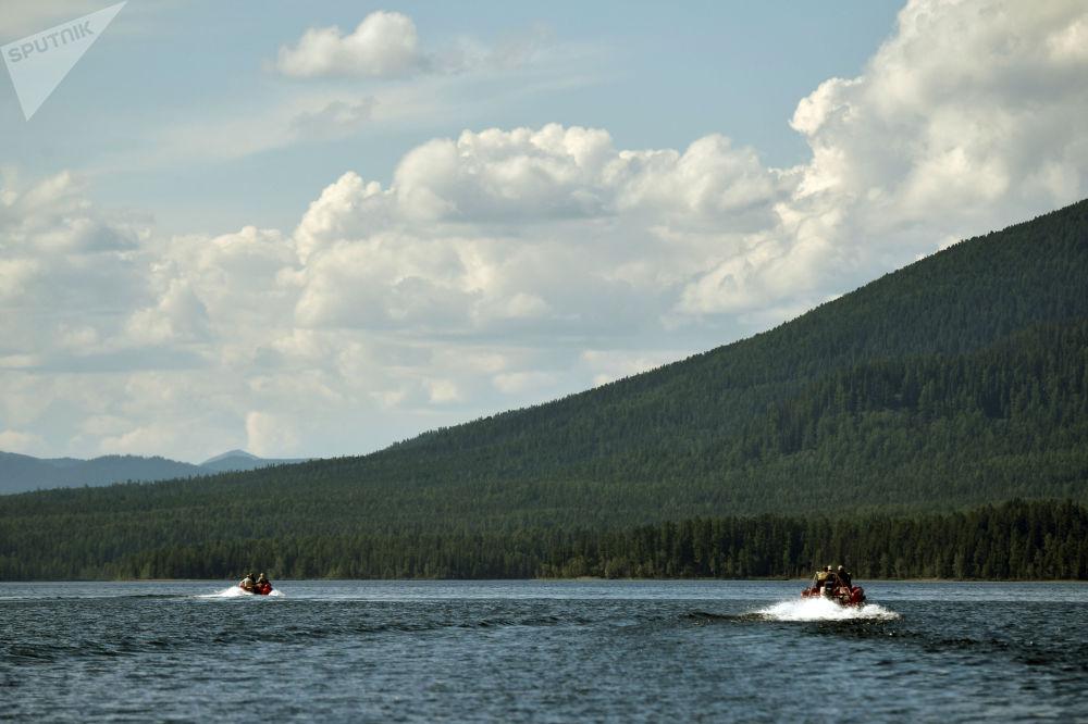 俄总统普京在图瓦共和国的高山湖泊中捕鱼。