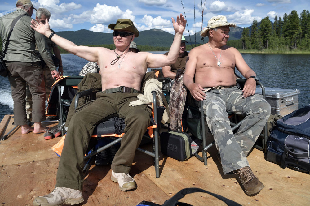 普京与绍伊古一边捕鱼一边晒太阳