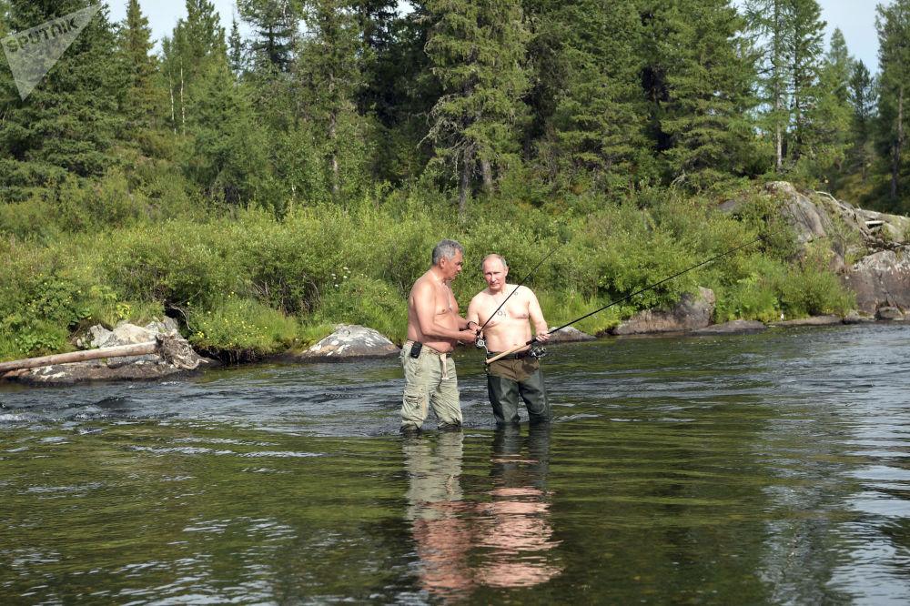 在西伯利亚的两天里,总统去了原始森林,还在高山湖泊中捕鱼。