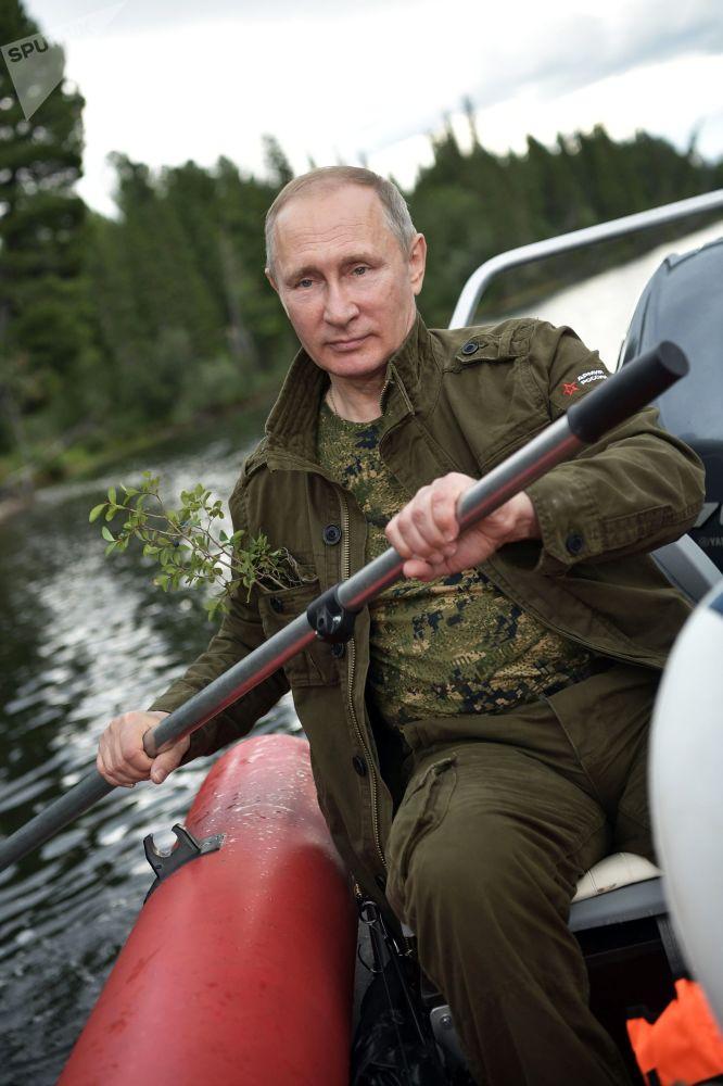 普京随后前往贝加尔湖,出席贝加尔白鲑鱼苗投放仪式。