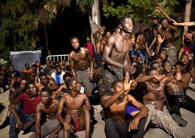 近200名非法移民7日强闯边检站进入西班牙北非飞地