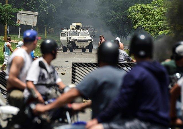 委内瑞拉政府官员和军人闯入议会大楼