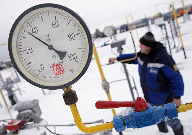 Рабочий на крановом узле перед открытием магистрального газопровода