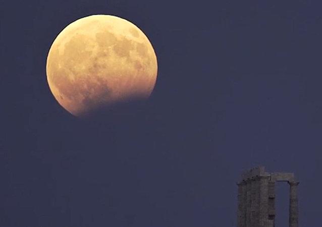 """希腊上演""""血月""""景观"""