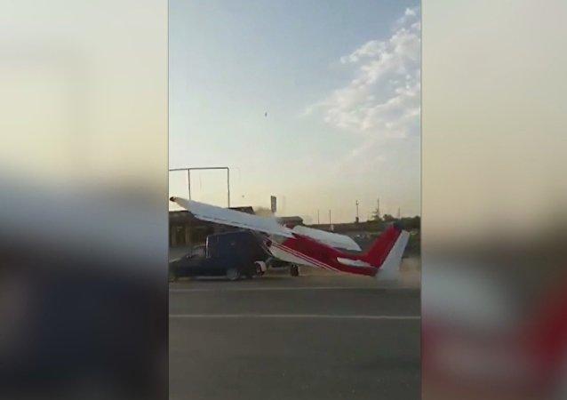 车臣一架飞机与汽车相撞