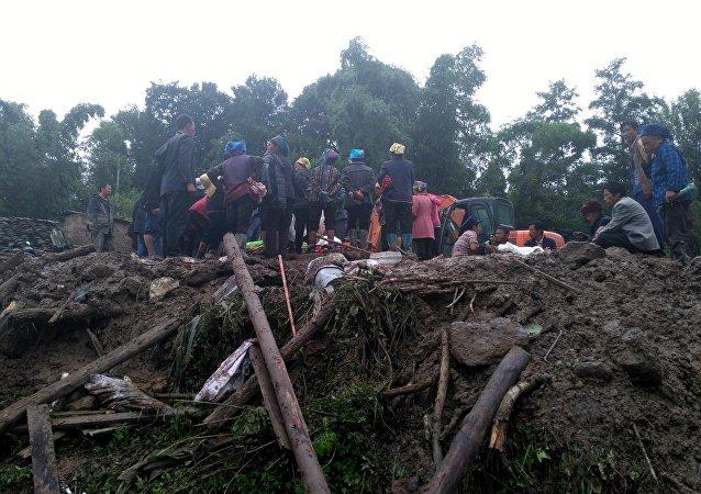 四川省地震局:九寨沟地震导致约100名游客被困