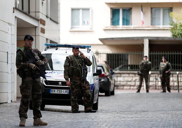 反恐行动在巴黎郊外展开