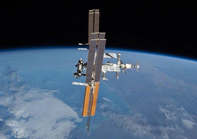 俄罗斯宇航员将在太空行走期间手动释放5颗微型卫星