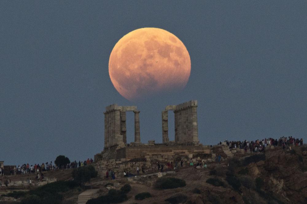 希臘波塞冬神廟上方的月偏食。
