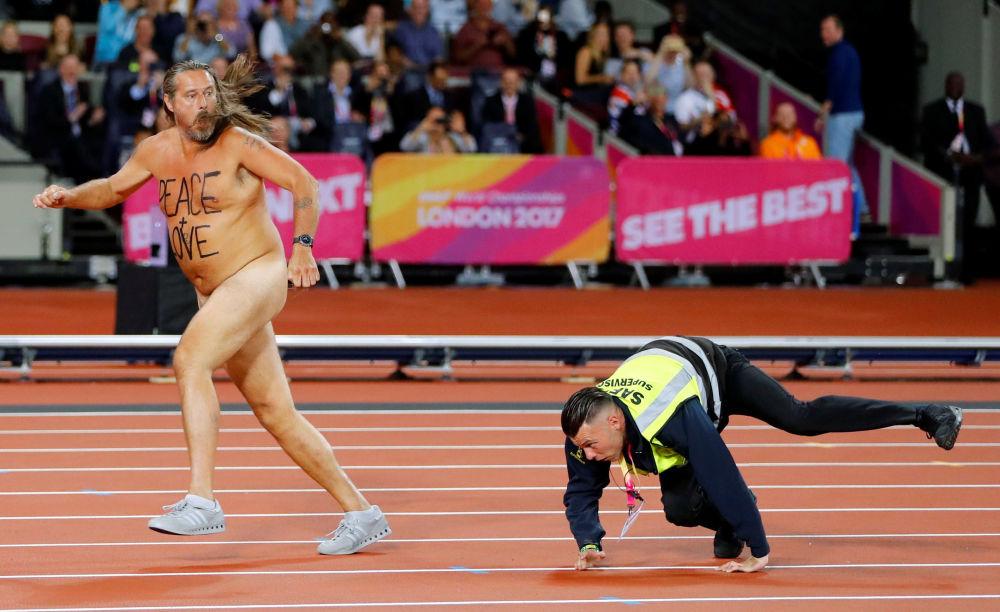 保安追著世界田徑賽期間跑上倫敦體育館跑道的裸奔者。